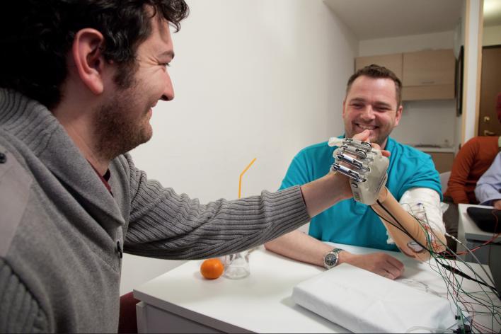 O mână bionică poate oferi din nou simțul tactil