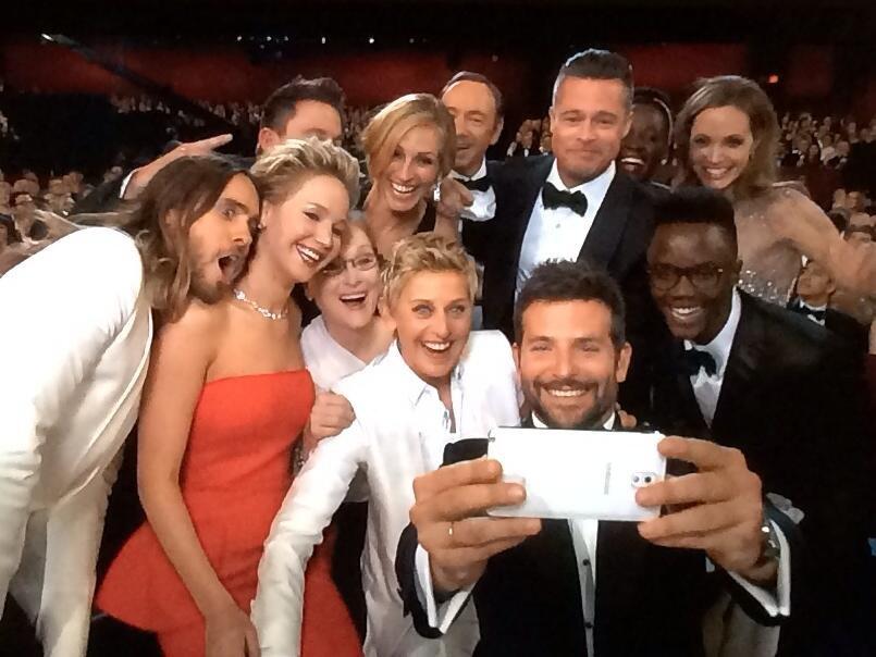 """Cel mai popular selfie din lume: Cu """"sufletul"""" la Samsung, cu inima la Apple…"""