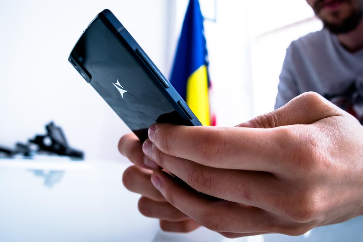 Gionee W900 e primul smartphone cu două ecrane full HD și l-am putea vedea în România