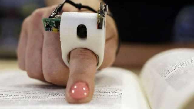 FingerReader, gadgetul care îi ajută pe nevăzători să citească