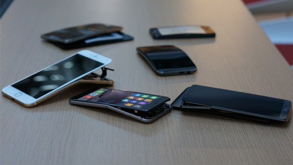 Greutatea sub care crapă: iPhone 6 Plus e mai tare decât iPhone 6, dar Note 3 rege [VIDEO]