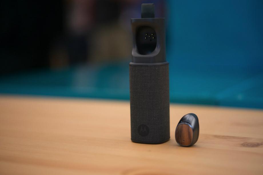 """Motorola Moto Hint aduce fantezia din filmul """"Her"""" în realitate"""