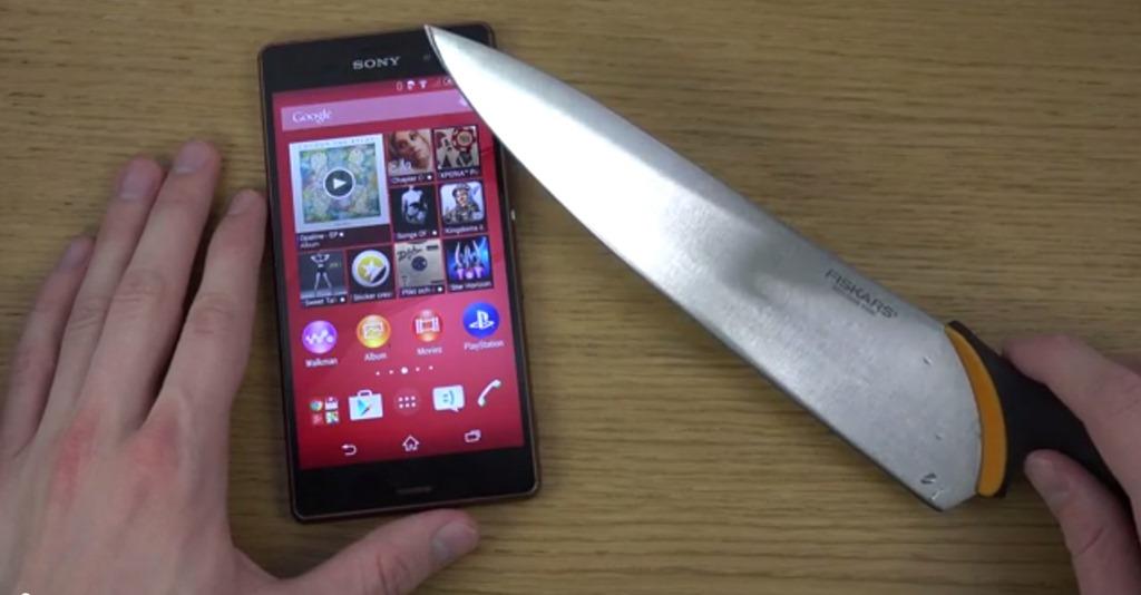 Sony Xperia Z3 întâlnește un cuțit de bucătar și scapă întreg dintr-un test extrem [VIDEO]