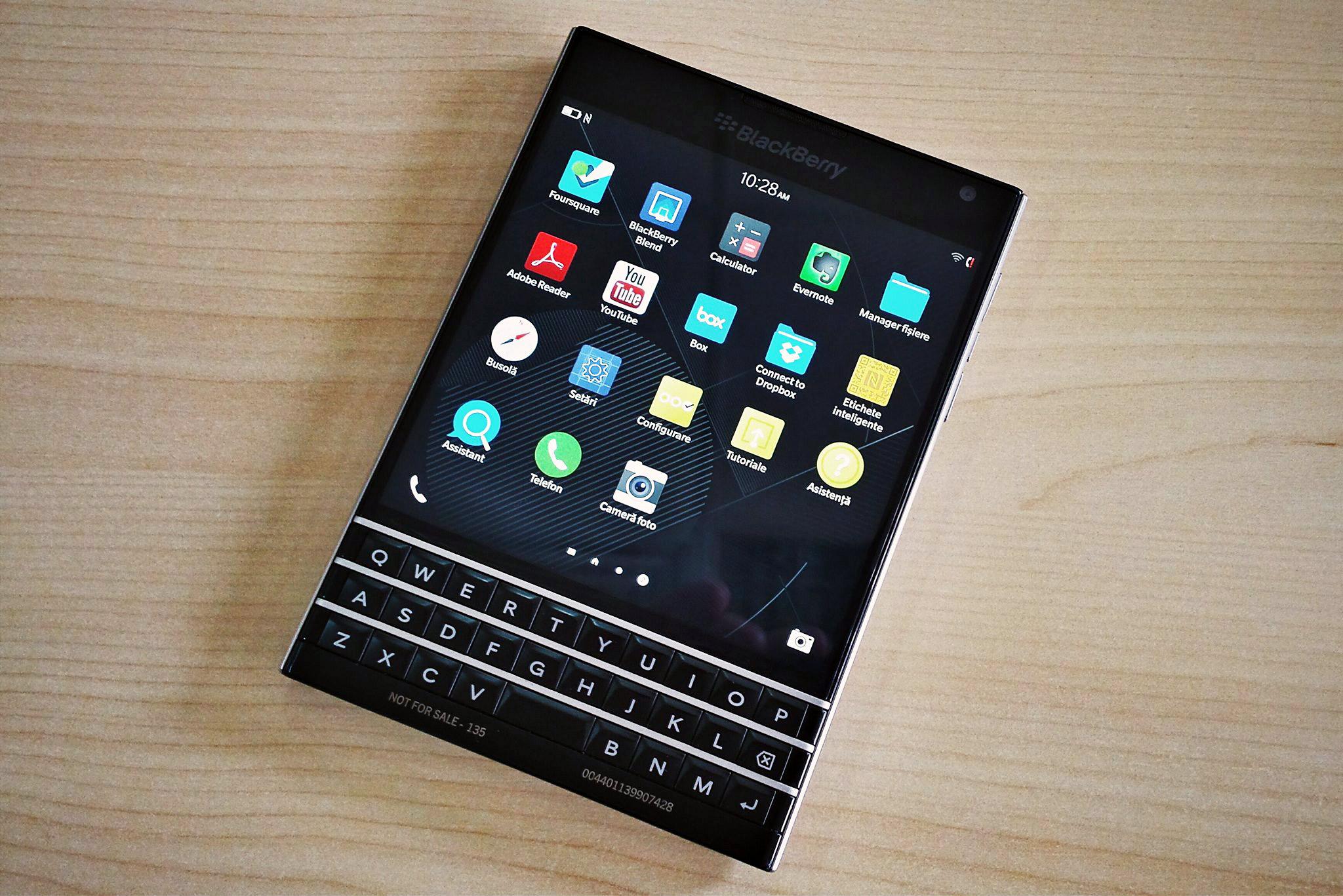 Blackberry Passport e cel mai ciudat telefon, dar e și foarte rezistent [VIDEO]