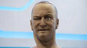Robotul care vorbește cu tine și imită expresii faciale