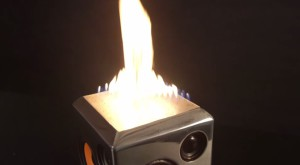 The Sound Torch e boxa care arde în flăcări pe ritmurile muzicii [VIDEO]