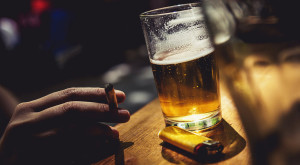 Știința îți explică de ce vrei să fumezi când consumi alcool