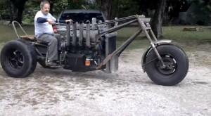 Acest triciclu monstru cu motor V8 parcă este rupt din Mad Max