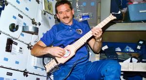 """""""The Martian"""" în realitate: Chris Hadfield îți arată cum e să trăiești în spațiu"""