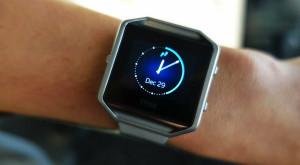 Fitbit lansează o brățară de fitness cu funcționalități de smartwatch