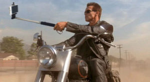 Cum ar arăta scene celebre din filme dacă armele ar fi înlocuite cu selfie-stickuri