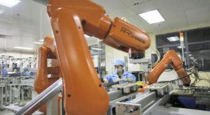 """Roboții fac primele """"victime"""": 60.000 de angajați Foxconn"""