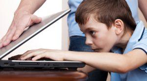 Copiii, tentați de partea întunecată a Internetului: unde își petrec timpul când sunt online