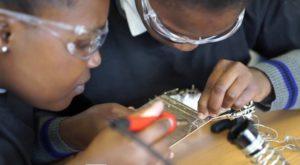 Adolescentele care au construit primul satelit privat din Africa