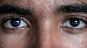 De ce îți e greu să menții contactul vizual cu persoana cu care porți o conversație