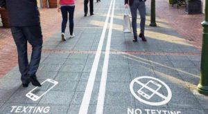 Dacă folosești telefonul mobil pe stradă, vei ajunge să mergi ciudat