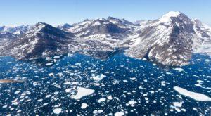 Cum provoacă încălzirea globală prăbușirea munților din Groenlanda