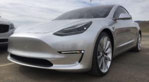 Varianta de top a Tesla Model 3 va întârzia cel puțin un an