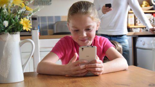 Aplicația prin care poți spiona viața online a copilului tău