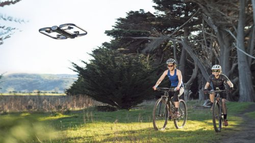 Cea mai deșteaptă dronă din lume te urmărește cu 13 camere