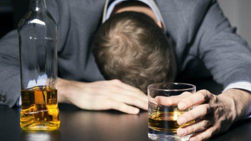 Toate riscurile la care te expui când bei alcool, indiferent cât de rar