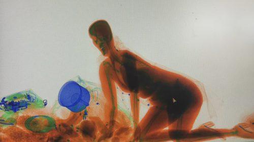 Cinci lucruri pe care să le facă femeia care a trecut prin scannerul cu raze X