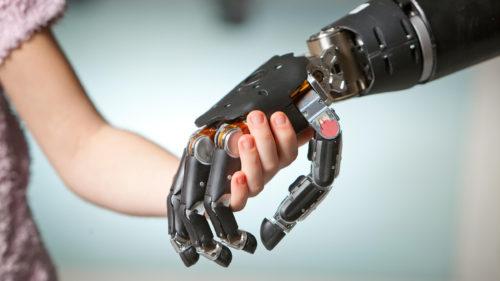 Prima proteză care se simte ca o mână normală a fost testată de cercetători