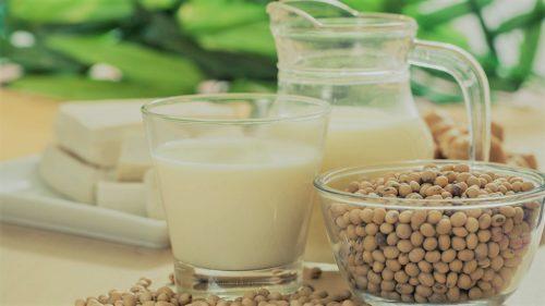 Moment de criză pentru hipsteri: laptele de migdale nu e lapte
