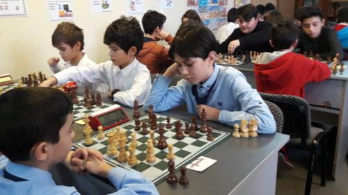 """Elevii care nu fac sport la școală vor fi """"pedepsiți"""" cu șah"""