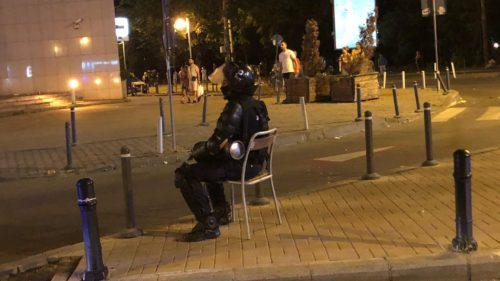 Poza virală cu jandarmul pe scaun a dat cele mai bune glume după protest