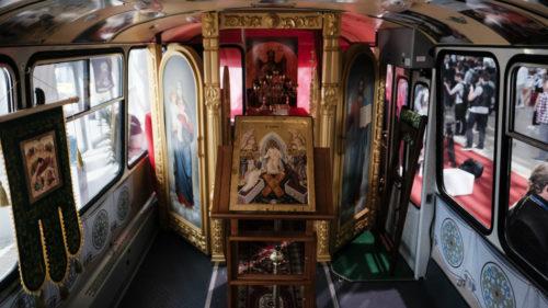 Autobuzul-biserică e real și le aduce raiul pe roți enoriașilor