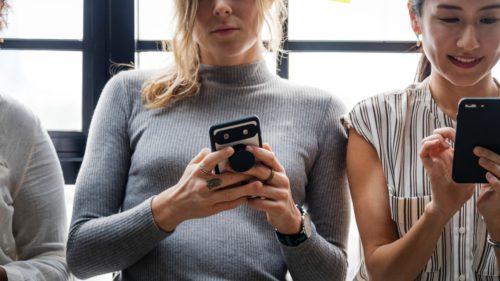 De ce adolescenții preferă să vorbească online decât față în față