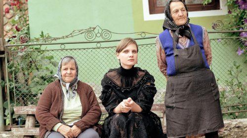 România inedită: unele dintre cele mai scumpe ținute, în decor românesc