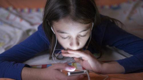 Cum schimbă timpul petrecut pe telefon creierul celor mici