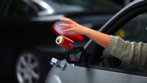 Ce amendă iei dacă arunci gunoaie din mașină și de ce e periculos